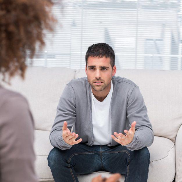 hombre-hablando-con-un-terapeuta_13339-1227