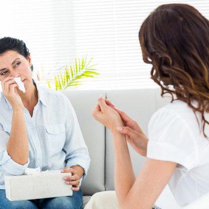 mujer-deprimida-hablando-con-su-terapeuta_13339-131491