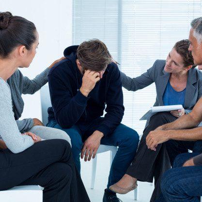 pacientes-preocupados-consolando-a-otro-en-grupo-de-rehabilitacion_13339-143503