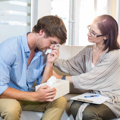 psicologo-consolando-a-un-paciente-deprimido_13339-268153